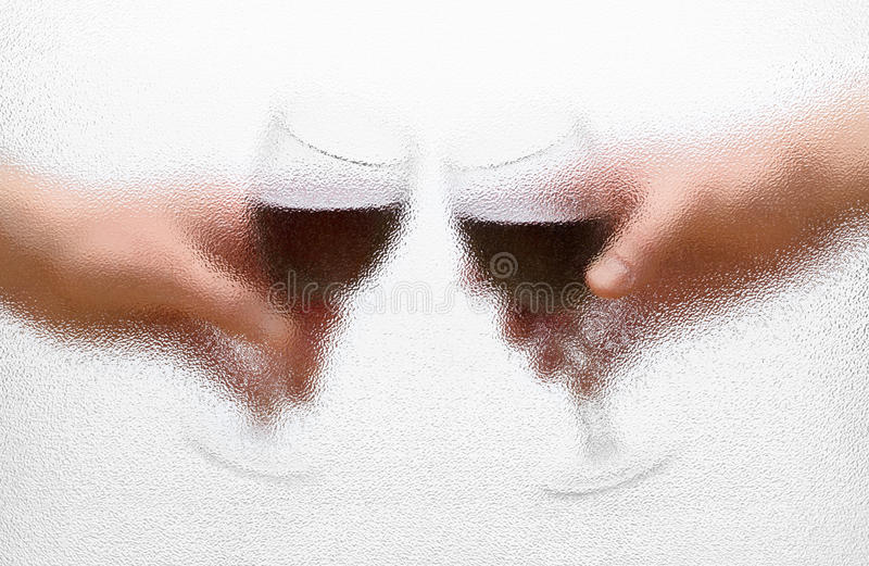Glaces de vin dans les mains image stock