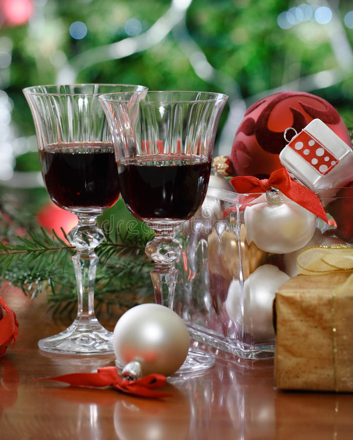 Glaces de vin rouge devant l'arbre de Noël photo stock