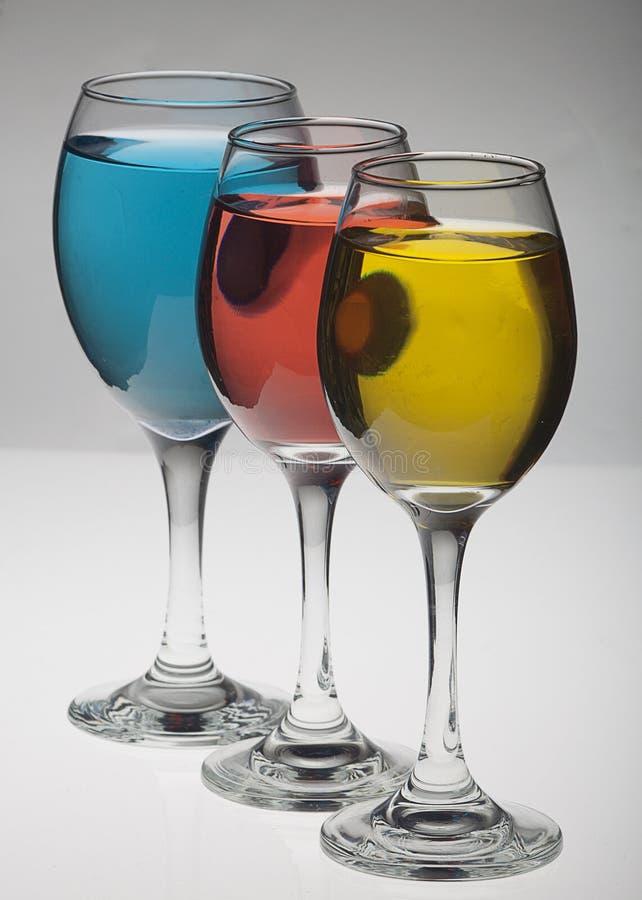 Glaces de vin rouges, jaunes et bleues photographie stock libre de droits