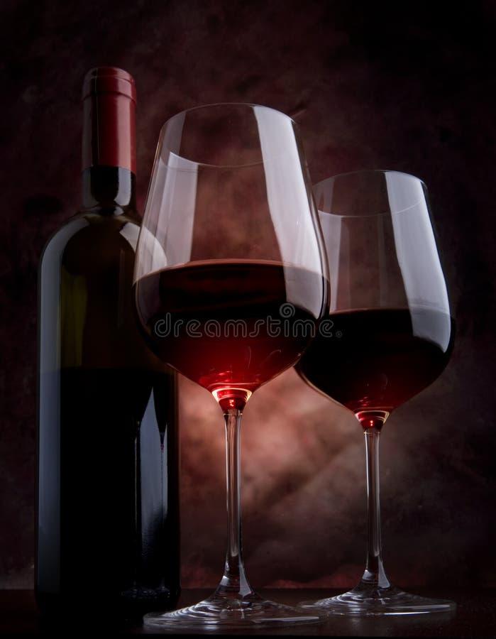 Glaces de vin sur la table photos stock