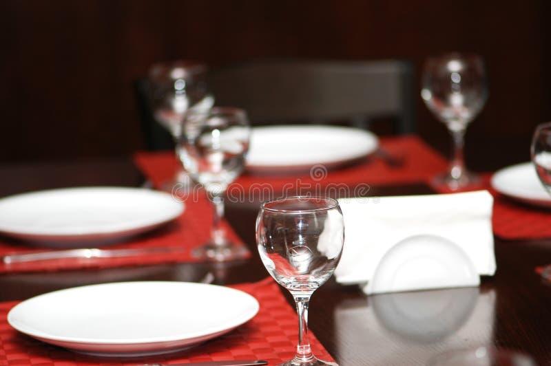 Glaces de vin sur la table - images stock