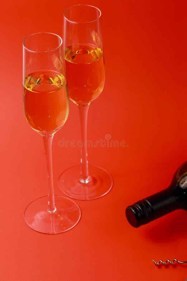 Glaces et bouteille de vin image stock