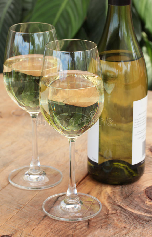 Glaces et bouteille de vin blanc sur le Tableau extérieur images stock