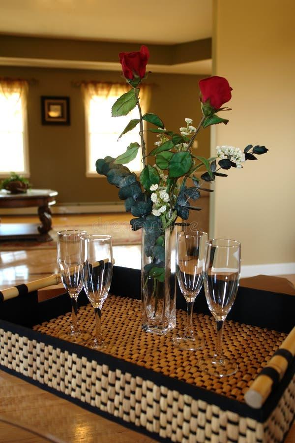 Glaces et roses de vin sur le plateau photos libres de droits