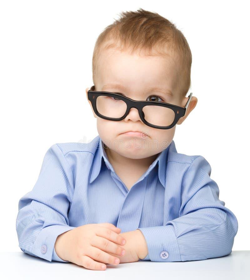 Glaces s'usantes mignonnes de petit garçon photo libre de droits
