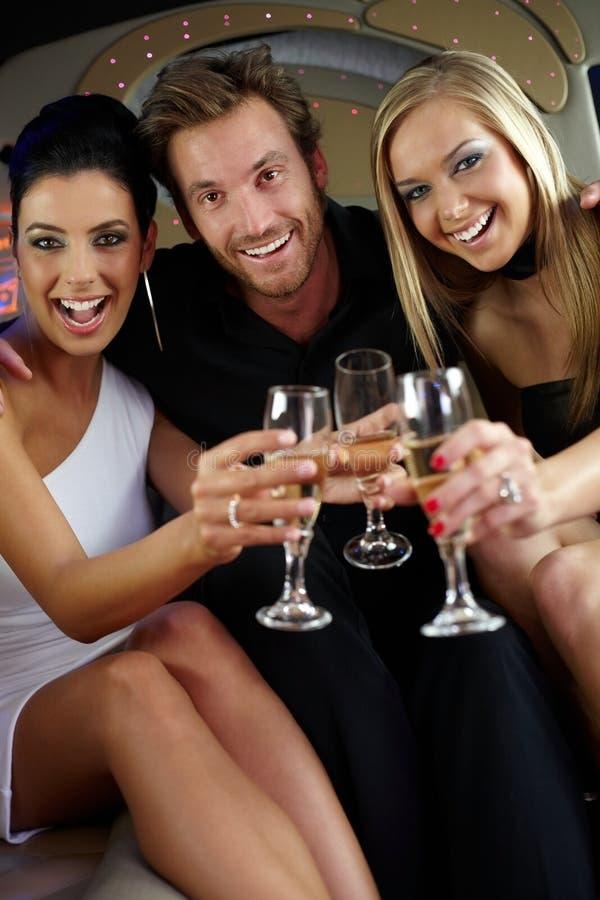 Glaces tintantes de compagnie heureuse photo libre de droits