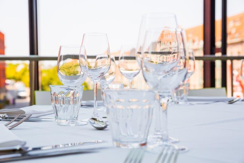 Glaces vides sur une table photo stock image du rendez - Place du verre a eau sur une table ...
