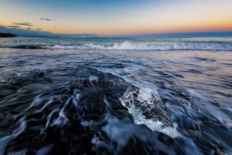 Glacez la roche sur la plage noire de sable chez Diamond Beach, été de l'Islande photographie stock libre de droits