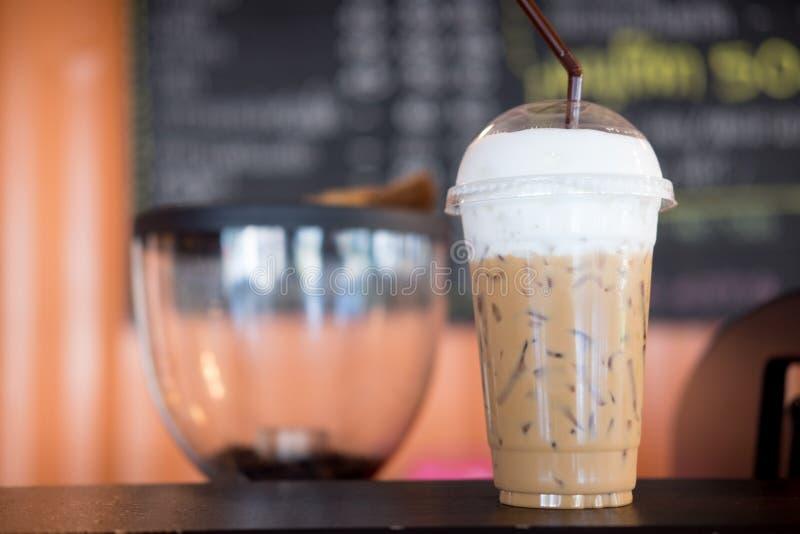 Glacez le café de cappuccino et de latte sur la table en bois photographie stock