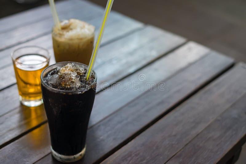 Glacez le café noir sur le fond en bois de table, style thaïlandais de vintage photo stock