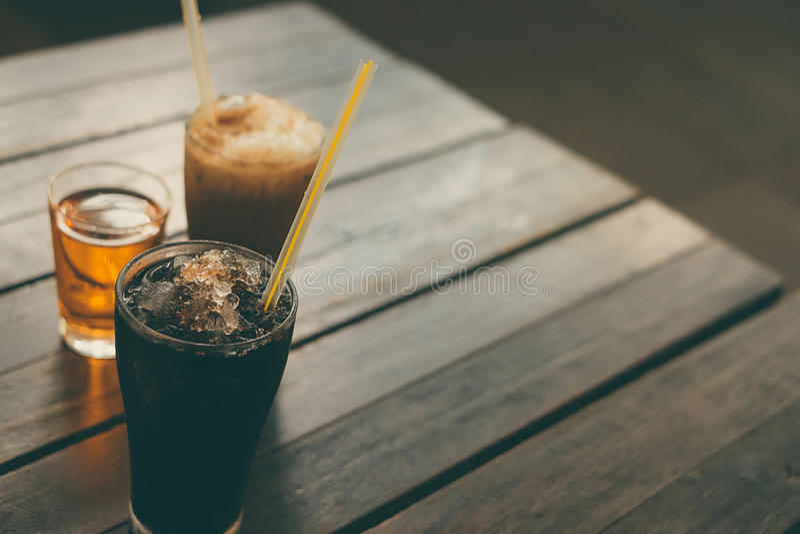 Glacez le café noir sur le fond en bois de table, style thaïlandais de vintage photo libre de droits