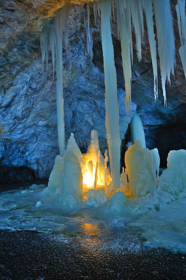 Glacez les stalagmites et les stalactites illuminées par les bougies et la lumière fluorescente à l'intérieur de la mine de marbr photo stock