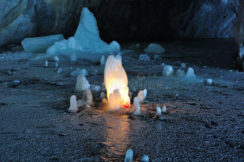 Glacez les stalagmites illuminées par des bougies à l'intérieur de la mine de marbre photos stock