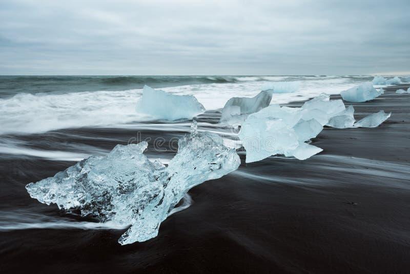 Glacez sur la plage avec le sable noir en Islande image stock