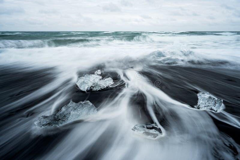 Glacez sur la plage avec le sable noir en Islande photographie stock libre de droits
