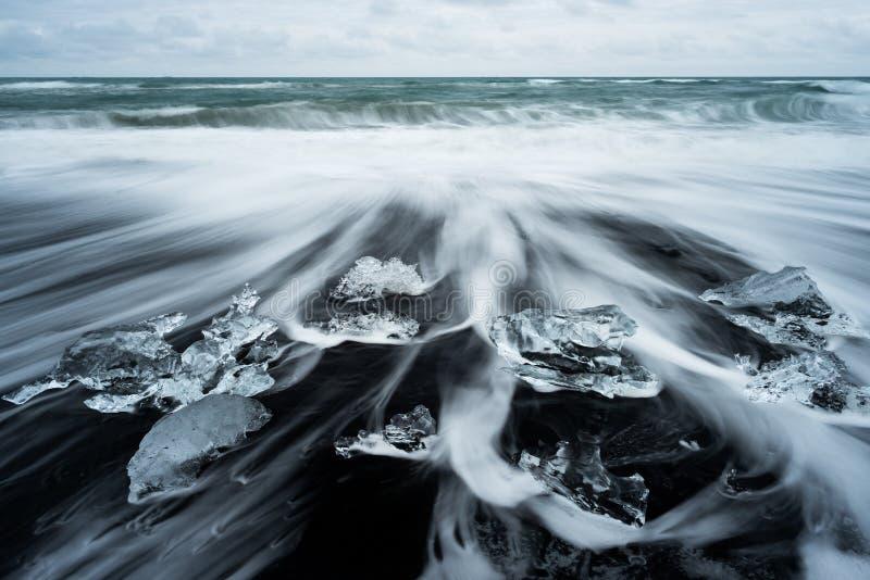 Glacez sur la plage avec le sable noir en Islande images stock