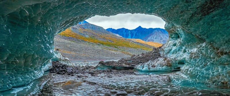Glaciär blåa Crystal Ice Cave med bergsikt inom en fantastisk icecave panorama- bakgrund arkivbilder