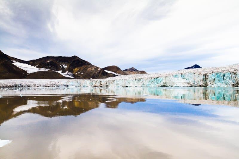 Glaciär i arktisk region arkivfoton