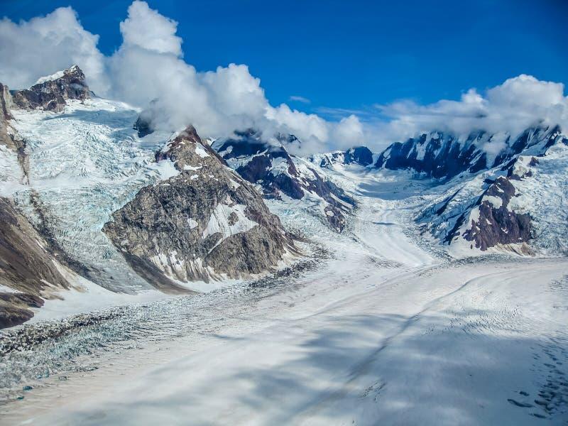 Glaciär in i bergen av Wrangell - St Elias National Park, Alaska arkivfoto