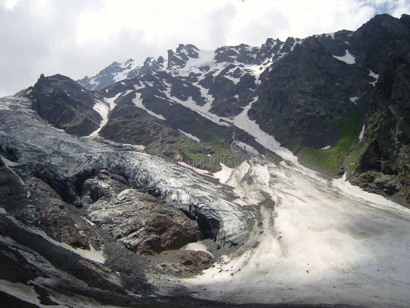 Glaciär i federation för kabardarepublikryss royaltyfri foto