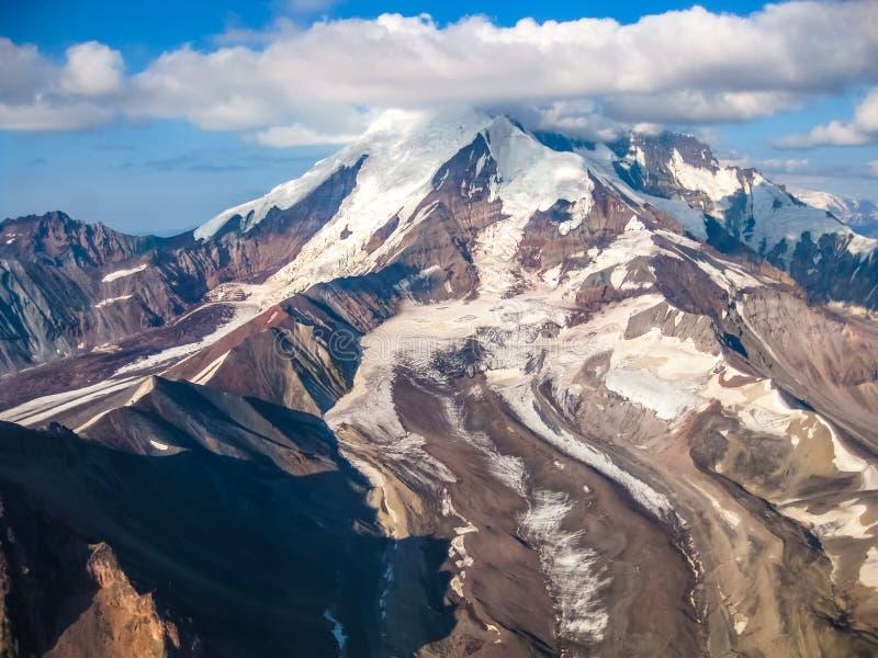 Glaciär i Wrangell - St Elias National Park, Alaska som ses från luften royaltyfri foto