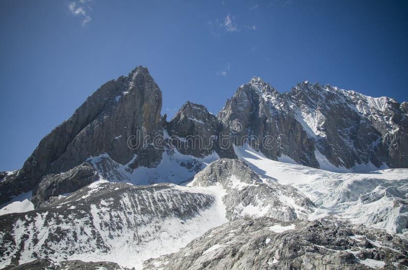 Glaciär på det Yulong berget royaltyfri fotografi