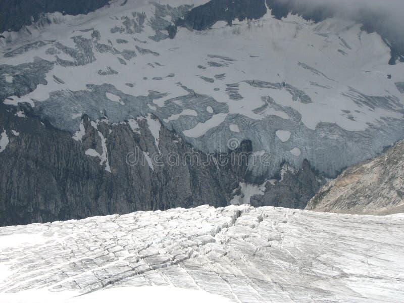 Glaciärer som möter i fjällängarna arkivfoton