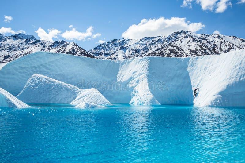 Glaciériste au-dessus de grande piscine bleue sur le glacier de Matanuska image stock