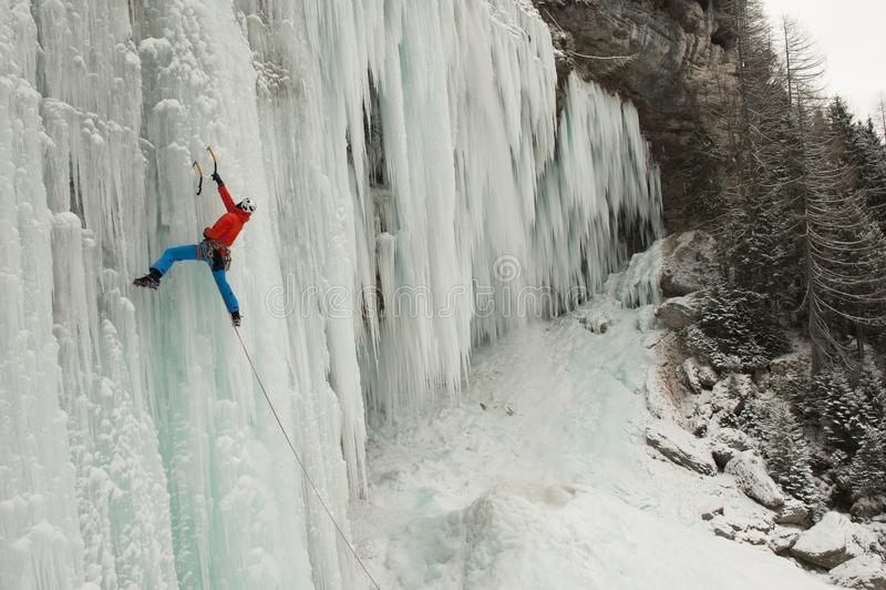 Glaciériste sur une cascade congelée images libres de droits