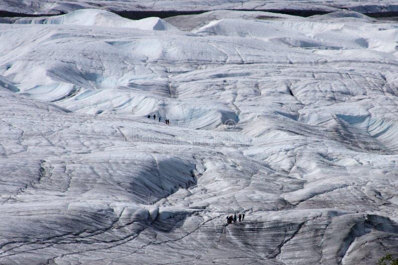 Glaciéristes sur le glacier de fond photos libres de droits