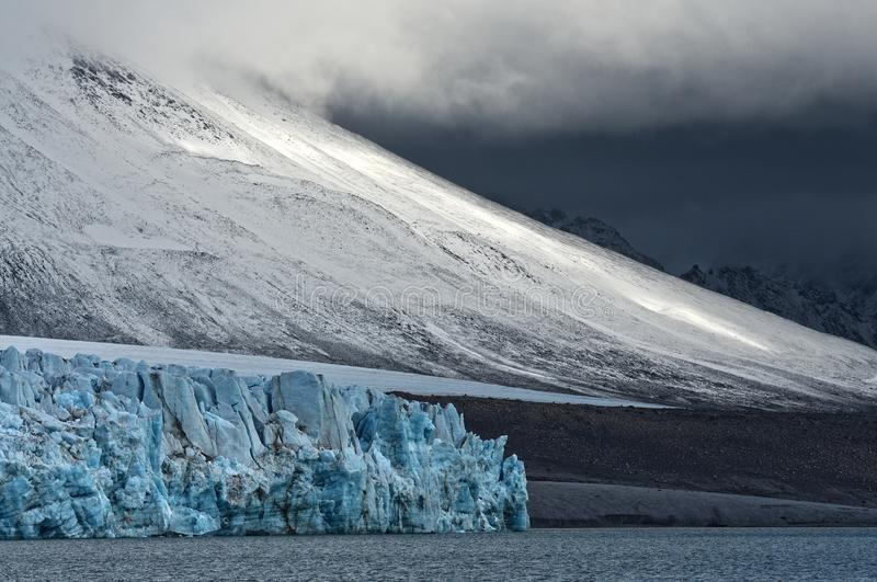 Glaci?rer av Svalbard/Spitsbergen royaltyfri fotografi