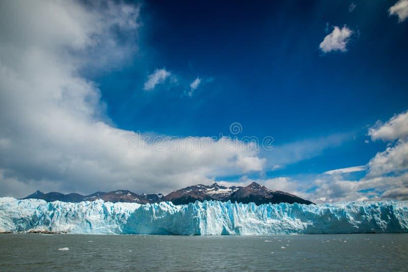 Glaciar contra la perspectiva de las montañas cerca del agua Shevelev imagen de archivo libre de regalías