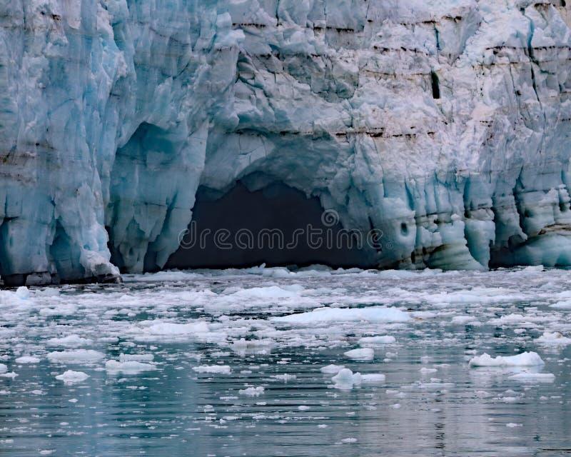 Glaciar de Margerie como resuelve el primer del agua foto de archivo