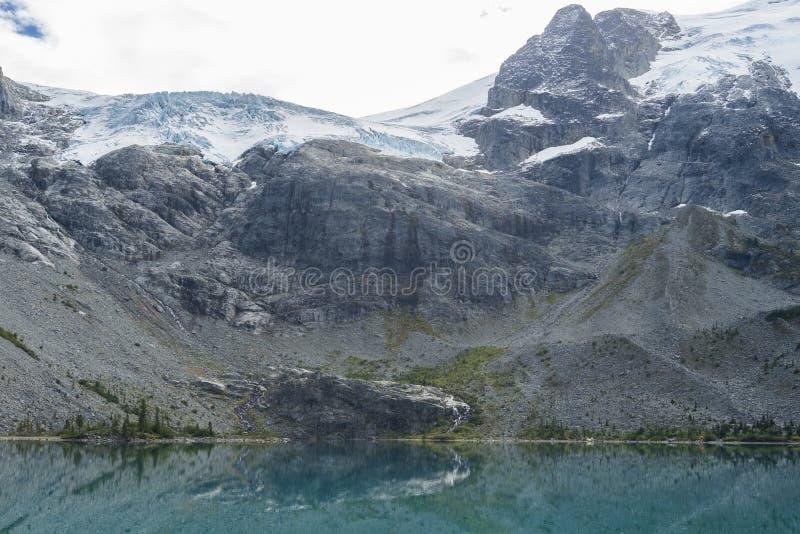 Glaciar de Matier sobre el lago superior en Joffre Lake Hike imagen de archivo