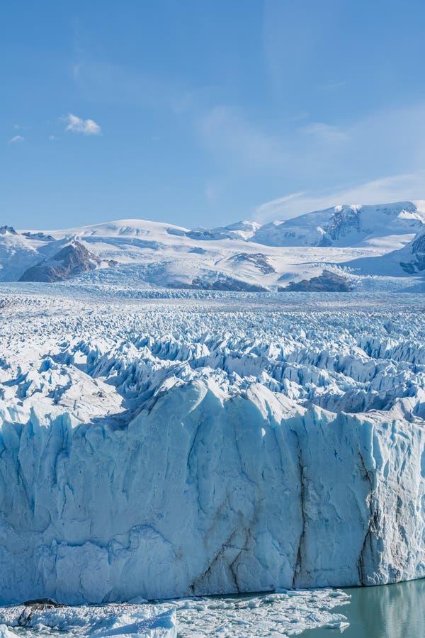 Glaciar de Perito Moreno, glaciar azul del burg del hielo del pico de la montaña a través del lago azul de la aguamarina en parqu imágenes de archivo libres de regalías