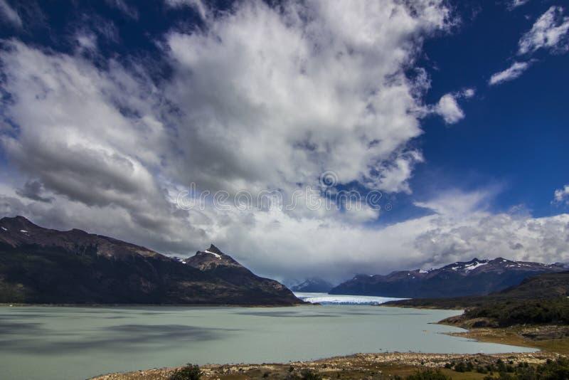 Glaciar de Perito Moreno, uno de los centenares de glaciares que vienen del campo de hielo del sur en Patagonia, la Argentina imagen de archivo libre de regalías