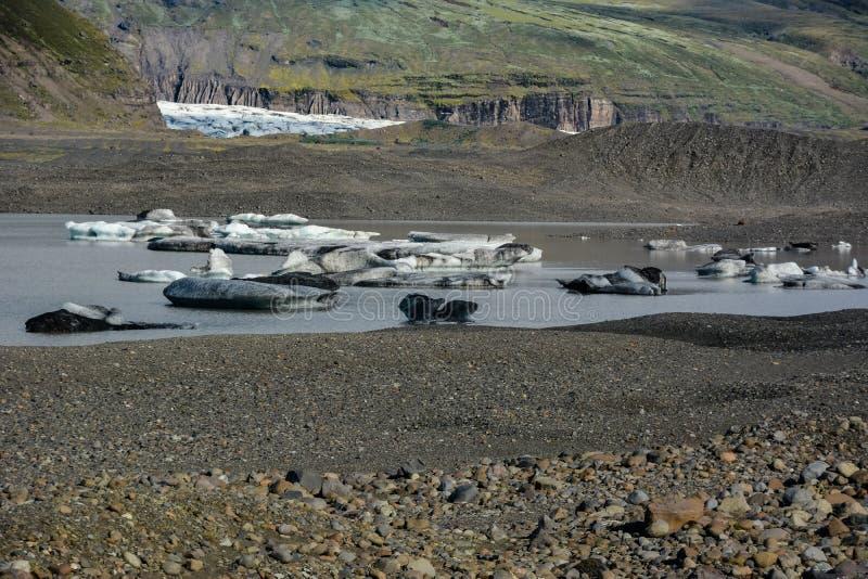 Glaciar de Skaftafellsjokull con las rocas e hielo en el río, en Skafta foto de archivo libre de regalías