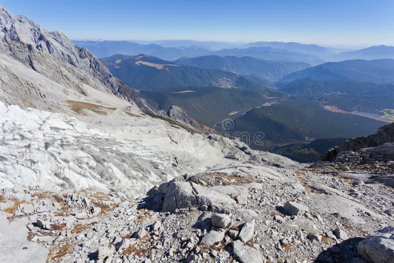 Glaciar dentro de las montañas nevosas imagen de archivo