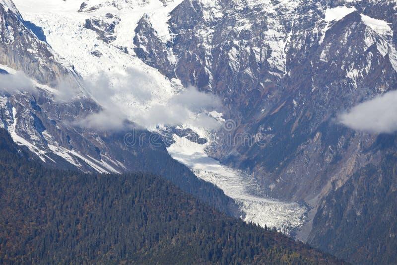 Glaciar en montañas nevosas fotos de archivo