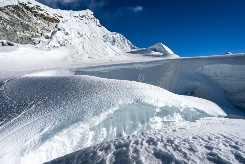 Glaciar entre la manera a la cumbre máxima de la isla, cordillera de Himalaya, Nepal fotos de archivo
