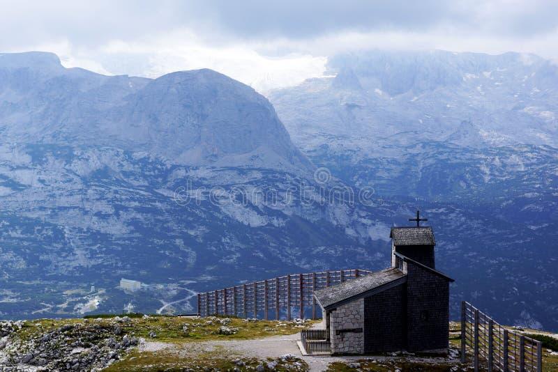Glaciar Pasternce de Austria alto en las montañas y una pequeña iglesia sola fotos de archivo