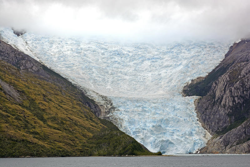 Glaciar que sale de las nubes fotos de archivo