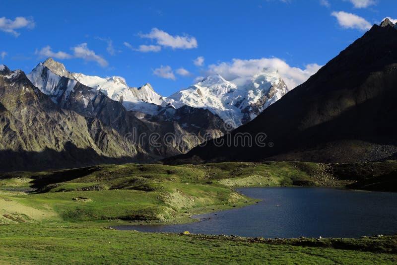 Glaciar y lago de Darung Drung altos en Himalaya fotografía de archivo libre de regalías