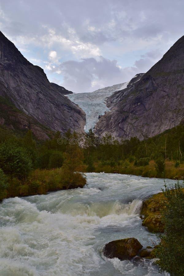 Glaciar y río que fluyen, Noruega de Briksdal imagen de archivo libre de regalías