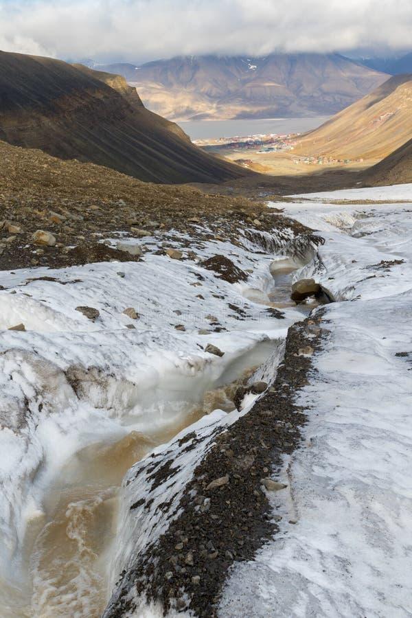 Glaciar y valle de Longyear en Svalbard Longyearbyen en backgro foto de archivo