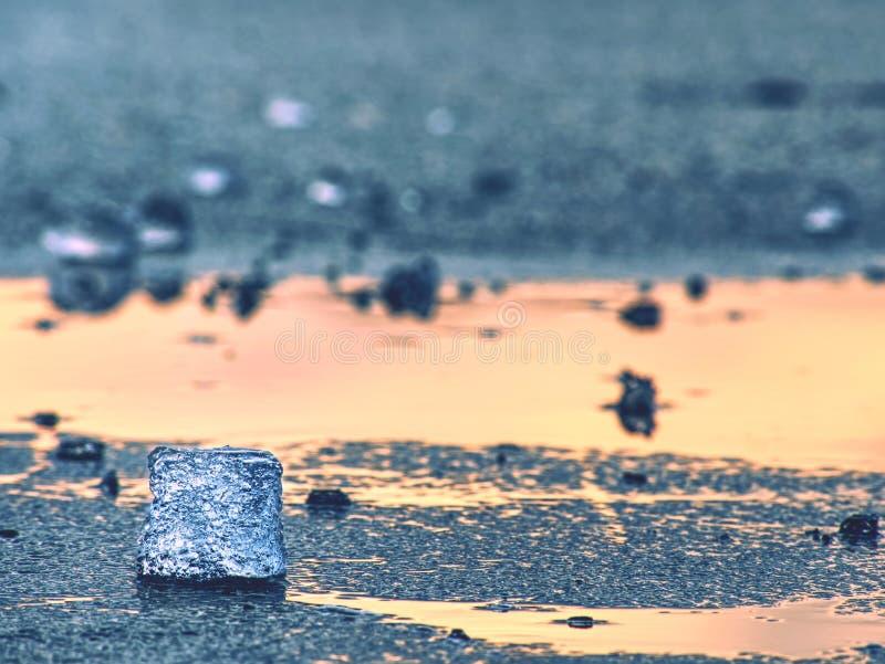 Glaciares de fusión y niveles de levantamiento del río El resultado de acciones humanas peligrosas foto de archivo libre de regalías