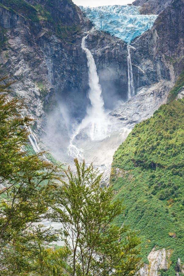 Glacier accrochant de parc national de Queulat, Chili image libre de droits