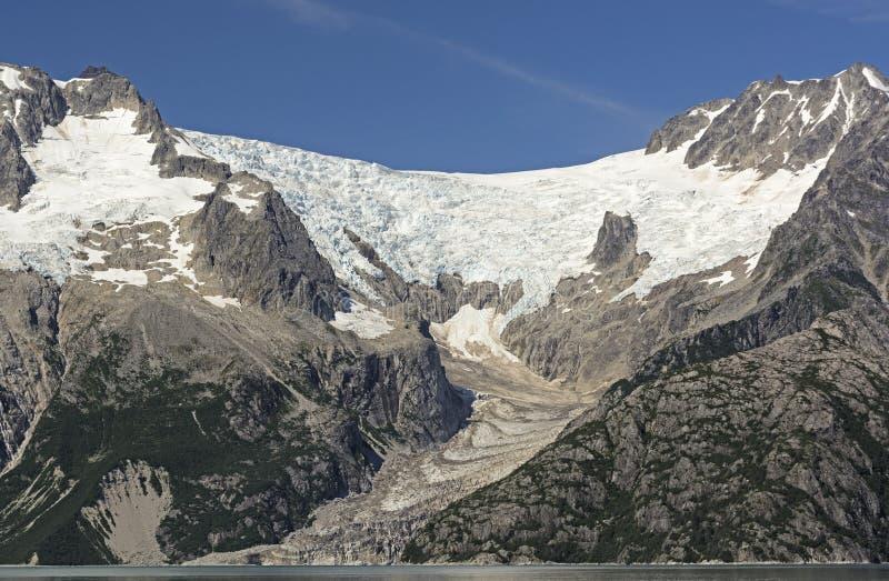 Glacier alpin se dirigeant à l'océan photographie stock