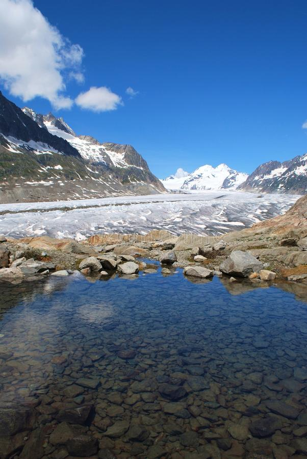 Glacier d'Aletsch avec le lac photographie stock