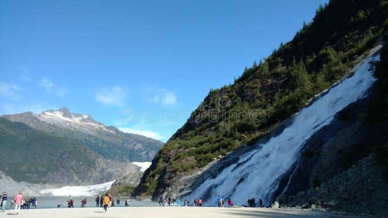 Glacier de Mendenhall à Juneau Alaska Grand glacier glissant dans un lac avec une cascade près de elle Arrêt de touristes très po image stock